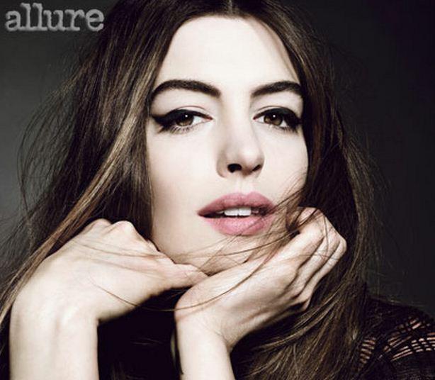 Anne Hathaway com um delineado bem marcado. Vai dizer que não é muito mais apropriado para o frio do que para o calor?