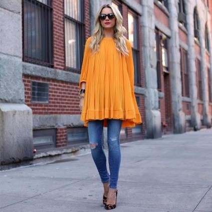 street-style-vestido-amarelo-rodado-calca-jeans-em-baixo