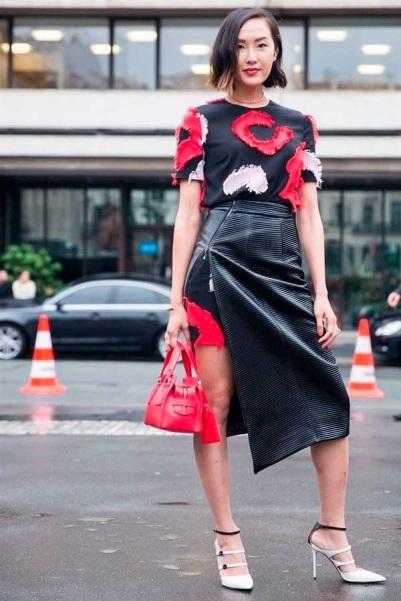 street-style-vestido-estampado-aplicacoes-saia-envelope-couro-preta-bolsa-vermelha-scarpin-preto-e-branco-160722-032118